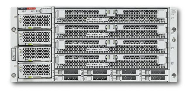 Sun Fire X4800 с четырьмя двухсокетными модулями CMOD (в правой части)